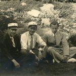 Foto af 3 unge mænd , de 2 med studenter huer.