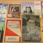 Farve foto med otte biografprogrammer ligger på et bord