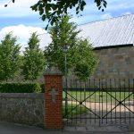 Foto af indgangen en smedejernsport til Hadbjerg Kirke