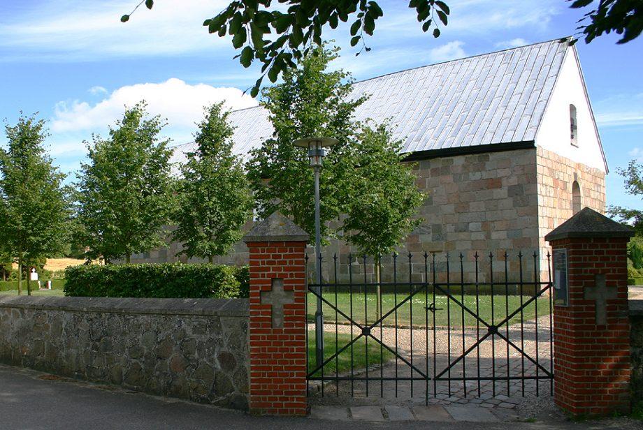 Foto af indgangen - en smedejernsport -  til Hadbjerg Kirke