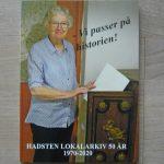 Forsiden med en medarbejder og pengeskabet frå Lyngå Sparekasse