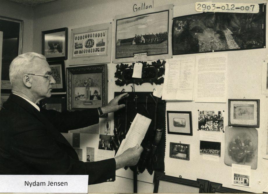 Nydam Jensen ved en udstilling på væggen