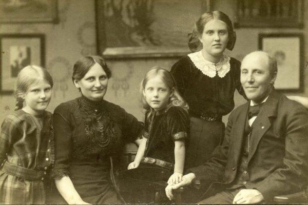 Fotomed familien Hans Chr. Nielsen-Svinning